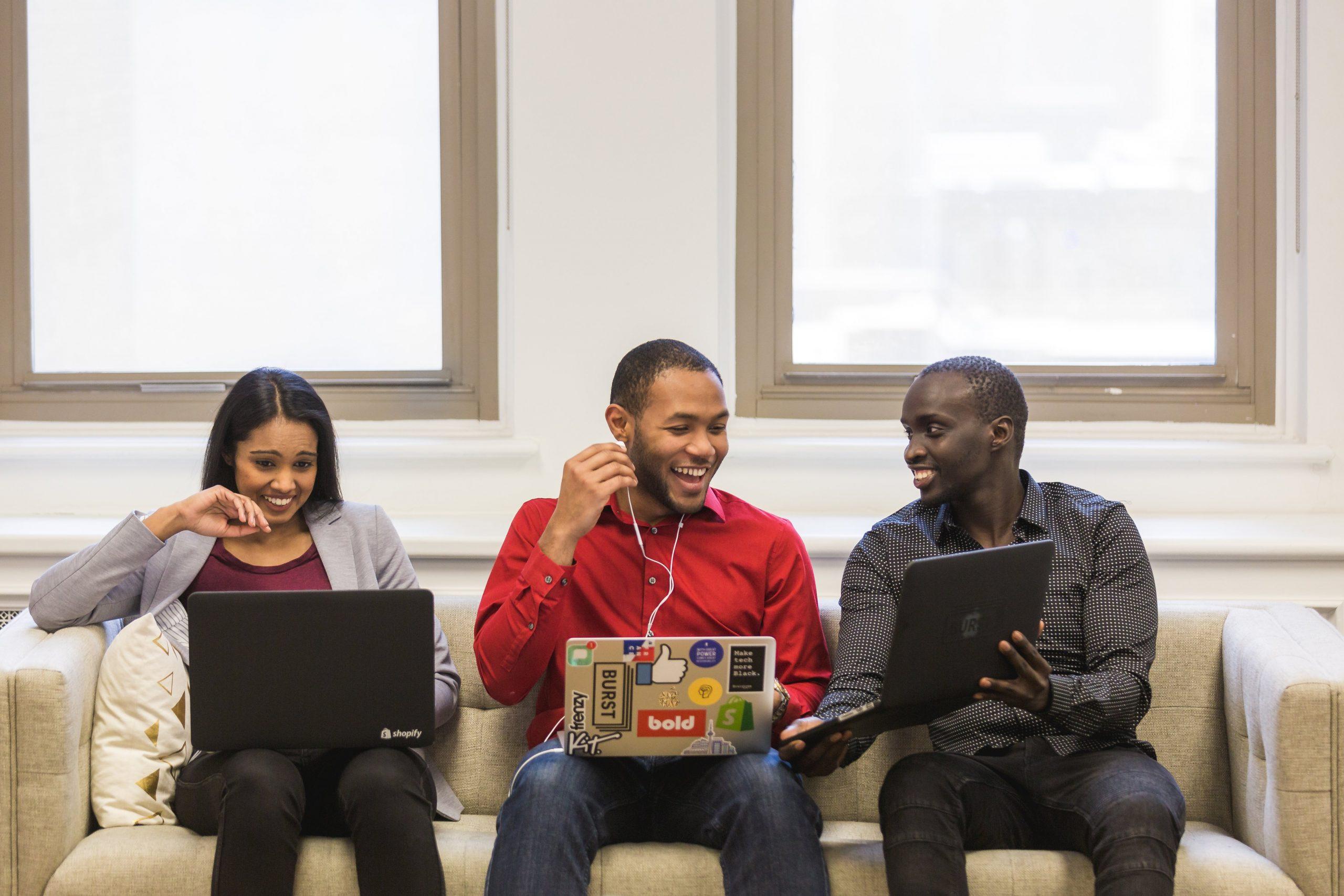 groupe de 3 personnes travaillant sur leur ordinateur